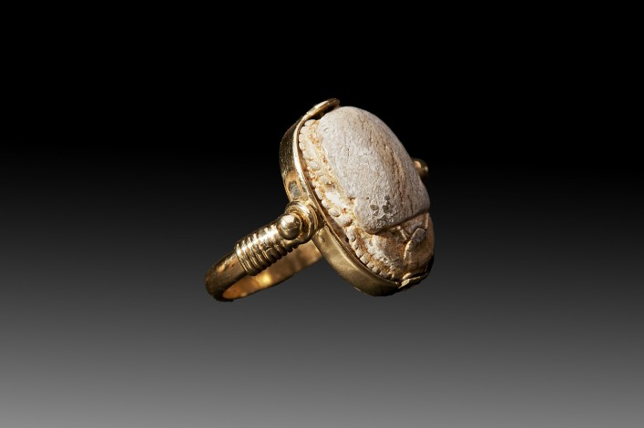 An Egyptian Scarab Mounted Gold Ring/Pendent