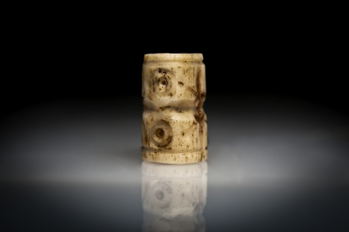 Early-Dynastic Shell Cylinder Seal with a Solar Symbol